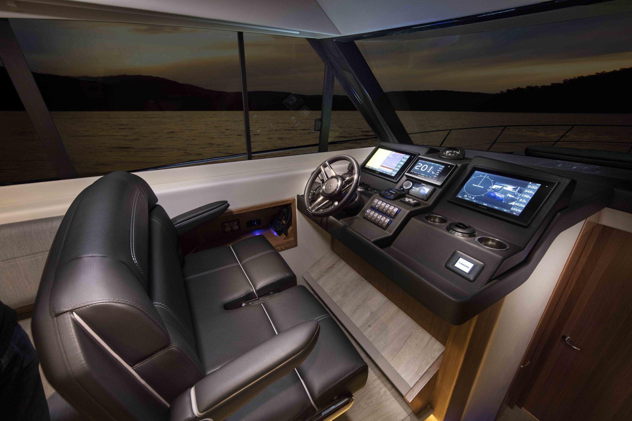 Riviera 395 SUV Helm 01.jpg