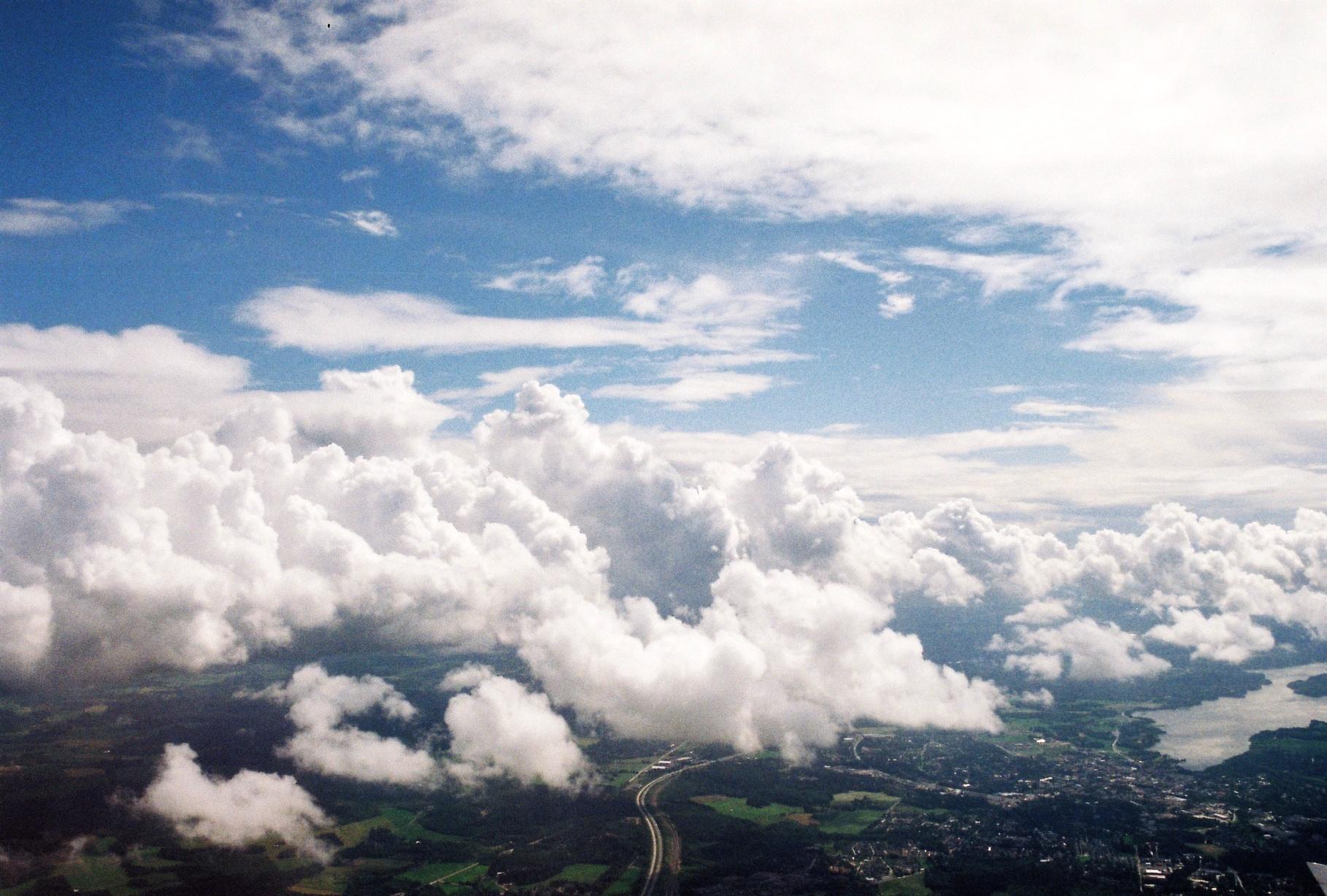 J'ai toujours aimé l'avion. Être dans les airs - dans les cieux je me perds.  J'ai toujours voulu voler - tendre les bras et être rattrapée.  Quitte à tomber, que cela se fasse dans la douceur.                             Quitte à chuter, autant en profiter.