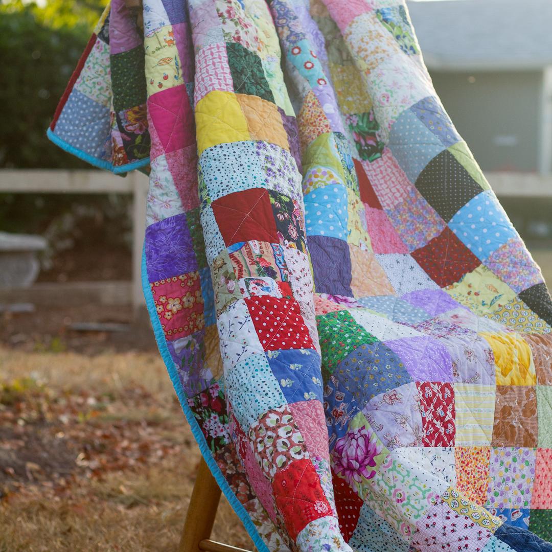 Leftover Scraps Scattered Squares Quilt via www.helloquilting.com