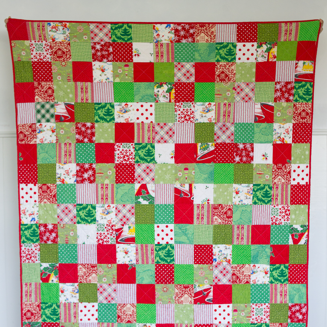 Scattered Squares Retro Christmas Quilt Finished Flat via www.helloquilting.com