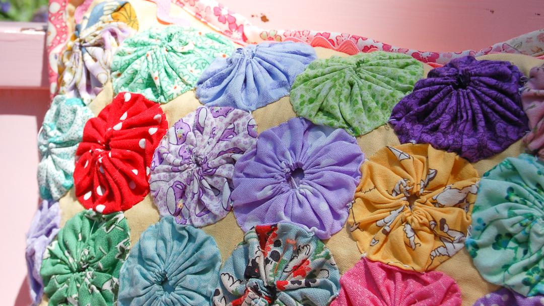 Yo-Yo & Ric-Rac Pillow via www.helloquilting.com