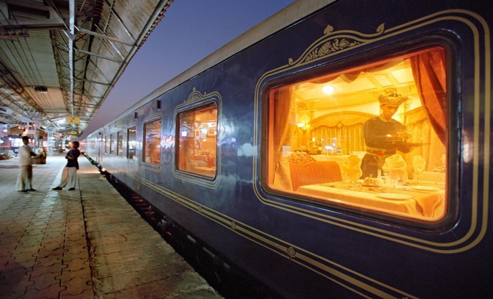 Deccan-Odyssey-platform.jpg