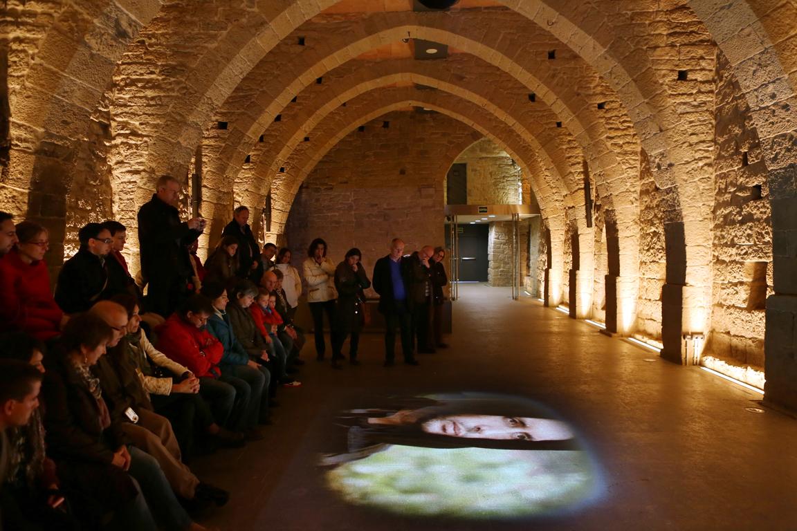 Visita interactiva a un monasterio del Bages - A través de un montaje museográfico os invitamos a hacer una inmersión en la vida de un monasterio medieval donde las voces, los ruidos del día a día y las imágenes del pasado afloran entre las paredes milenarias convirtiendo esta visita en una experiencia singular, donde podrás vivir mil años de sensaciones...Un recorrido guiado por los espacios más emblemáticos del monasterio de Sant Benet del Bages; la iglesia, el claustro, la bodega y las celdas de la galería de Montserrat que nos permitirá ponernos en la piel de sus habitantes.Precio visita: desde 11,45€ adultos y 6,90€ niños