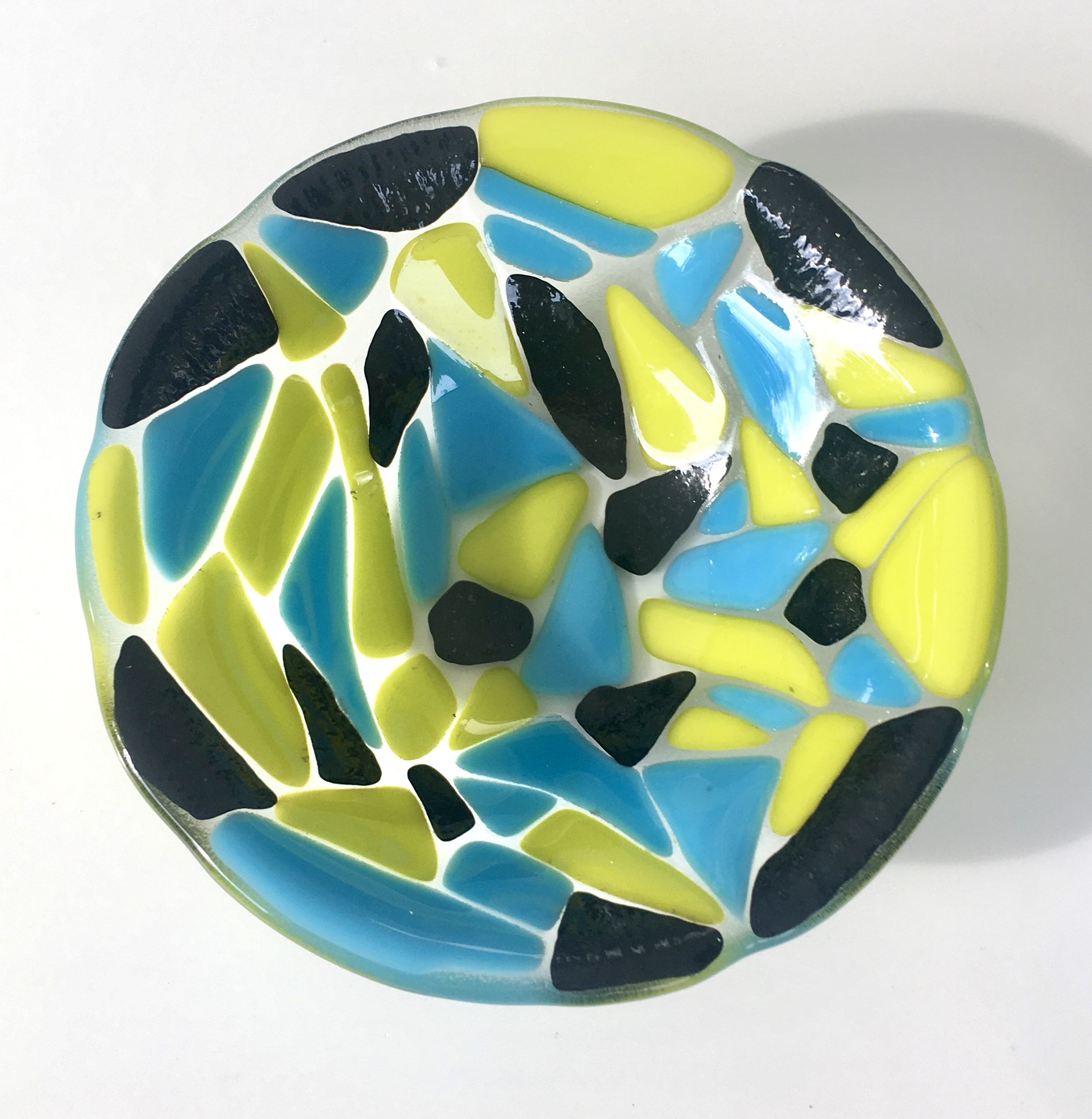 Little shards of lemongrass, sparkly black and mariner blue are quite striking on this small bowl.