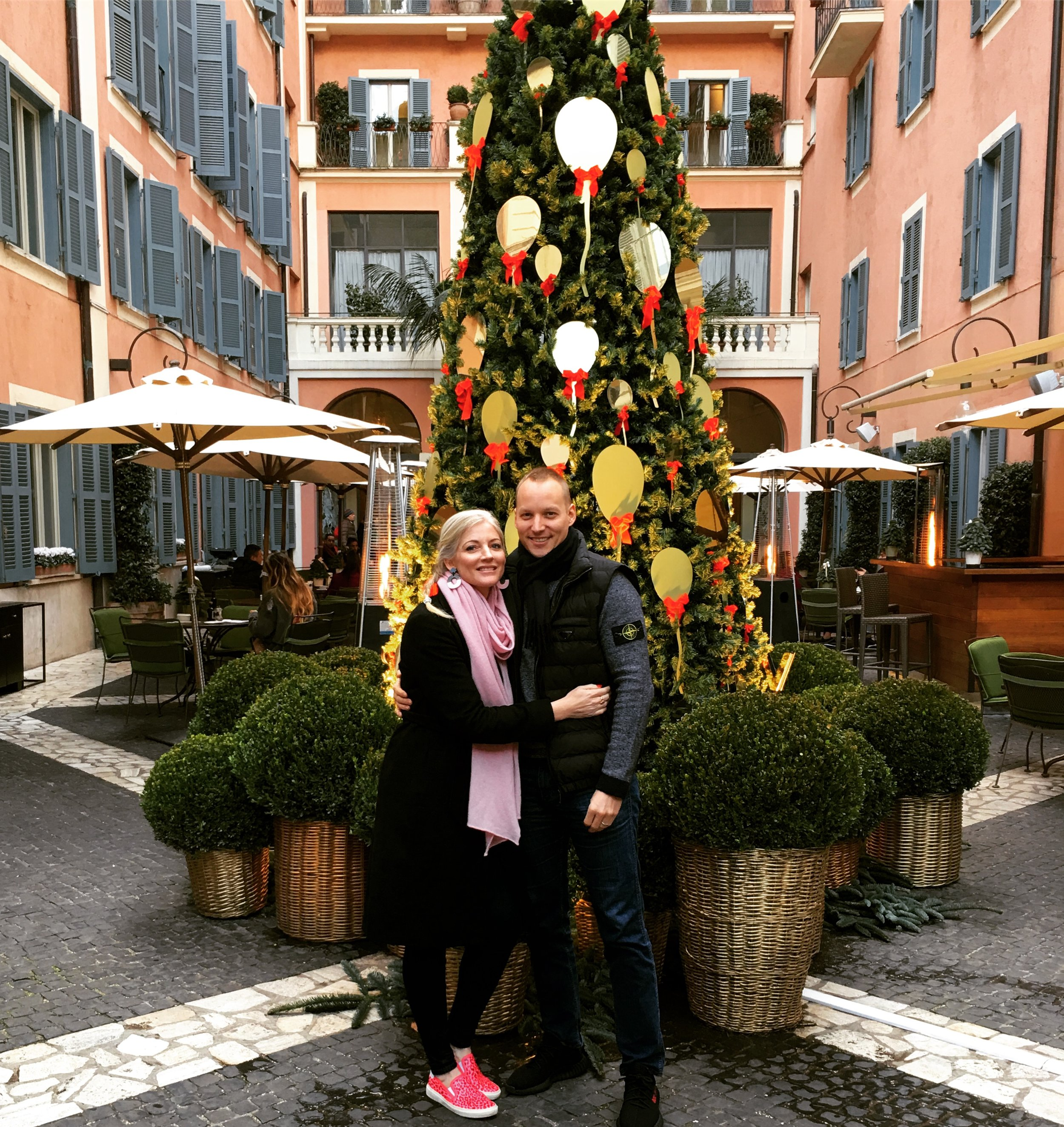 Merry Christmas from Dominic and me (here in the courtyard of Hotel De Russie)!