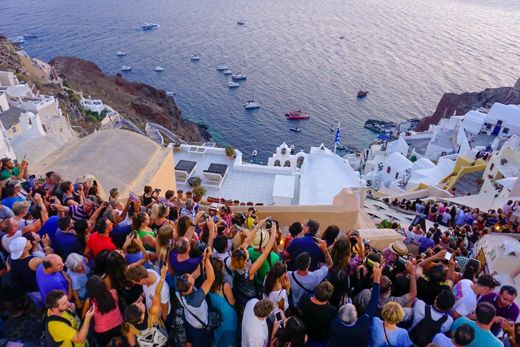 santorini-sunset-crowd-tourists
