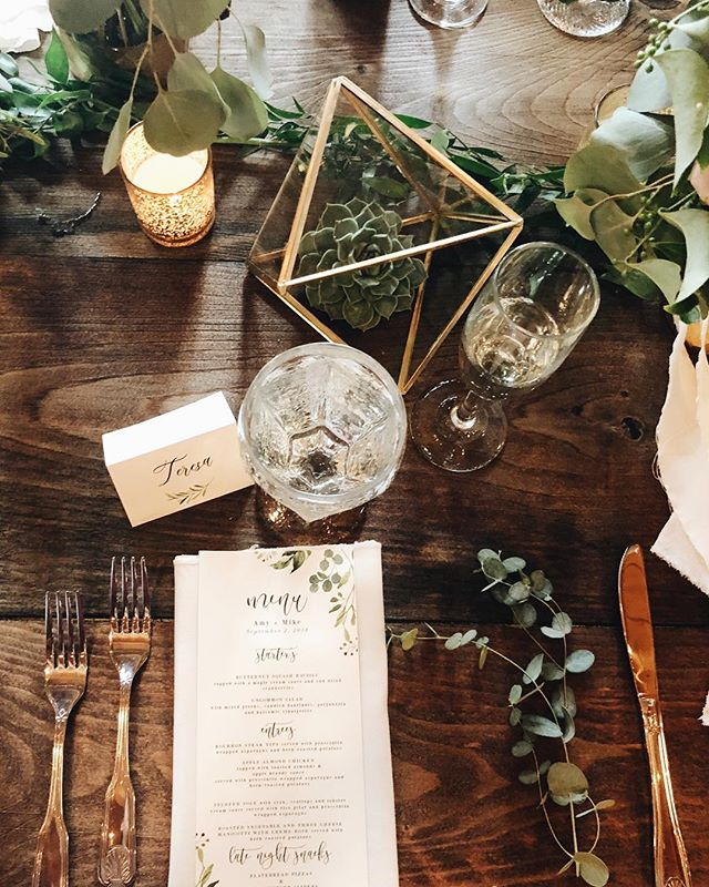 All the cozy fall vibes 🌿🍴🥂 . . . . #rockywolddeephavencamps #rdcsquam #squamlake #squamlakewedding #newhampshirewedding #rusticwedding #rusticweddingdecor #stylemeprettyweddings #stylemepretty #marthastewartweddings