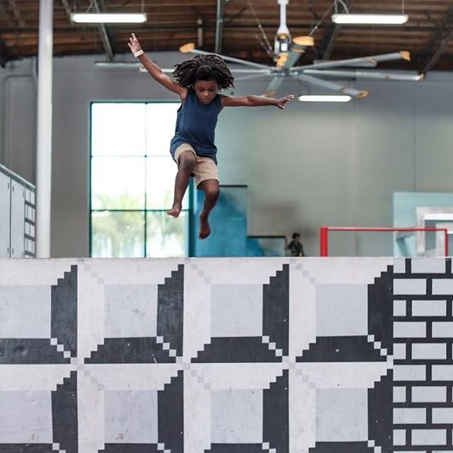 At a young age we got em jumping into the #parkour game...and the foam pit! 👌🏻Thanks for the dope images @chocolatebabies & @beleafmel 💯 #tempestnorthcounty #tmpstkids #freerunning