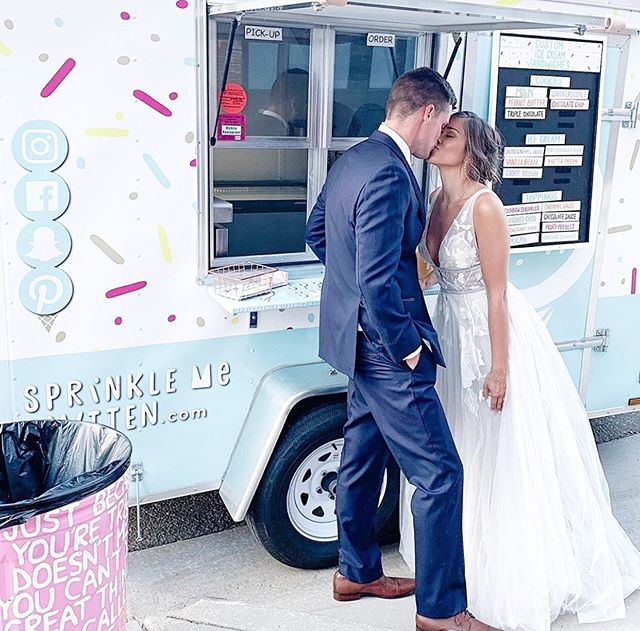 2020 brides! Don't want to have cake at your wedding? An ice cream sandwich is the best treat! Book your wedding with Stella today! 🍪🍦👰🏼🤵🏻💗