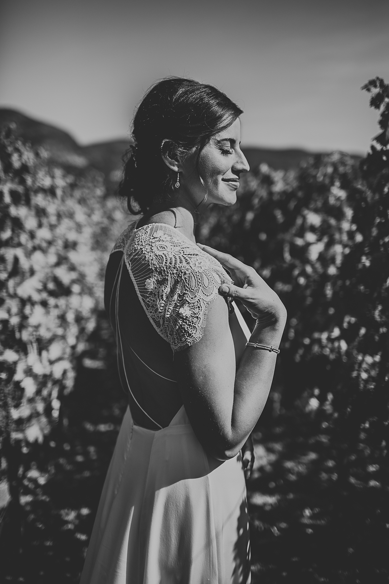 Black & white photo of bride in vinyard