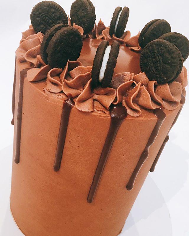 Chocolate cake 😍  #cake #chocolate #cakes #food #oreos #instadaily #instagood #partytime #chocolatecake #instacake #cakestagram #cakeoftheday #buttercreamcake #food #cakelove #foodies #chocolatecake #foodiesofinstagram