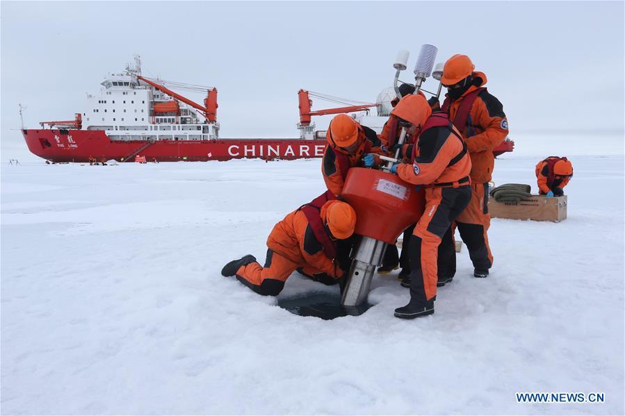 """Китайски изследователи поставят метеорологична станция в Северния ледовит океан, на заден план е ледоразбивачът """"Суе Лонг"""" Снимка: Синхуа"""