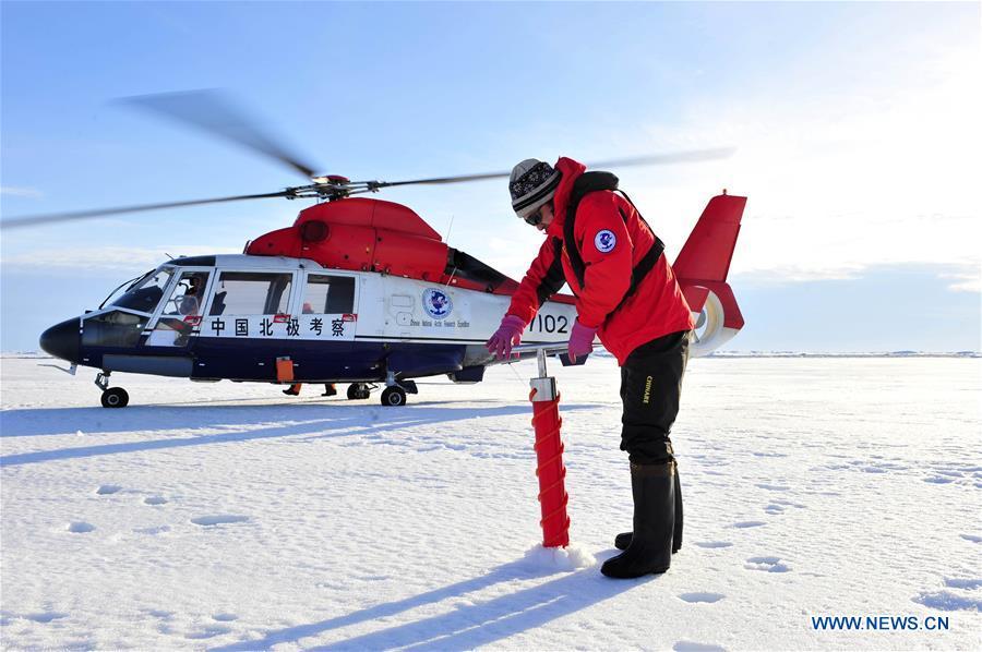 Учен от четвъртата китайска експедиция до Северния полюс събира проби през 2010 Снимка: Синхуа