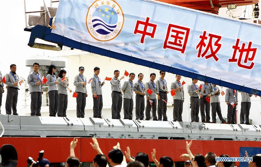 """Екипажът на ледоразбивачът """"Суе Лонг"""" по време на изпращането им за първата китайска обиколка на Северния полюс Снимка: Синхуа"""