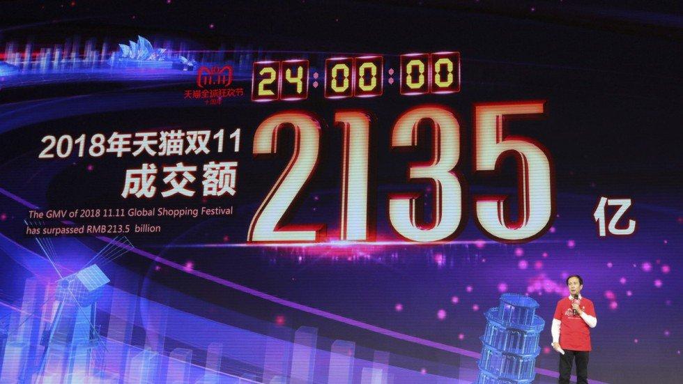 Даниел Джанг, главен изпълнителен директор на организатора Алибаба, обявява тазгодишния резултат от 213.5 млрд. юана оборот за целия ден на продажби Снимка: Саймън Сонг