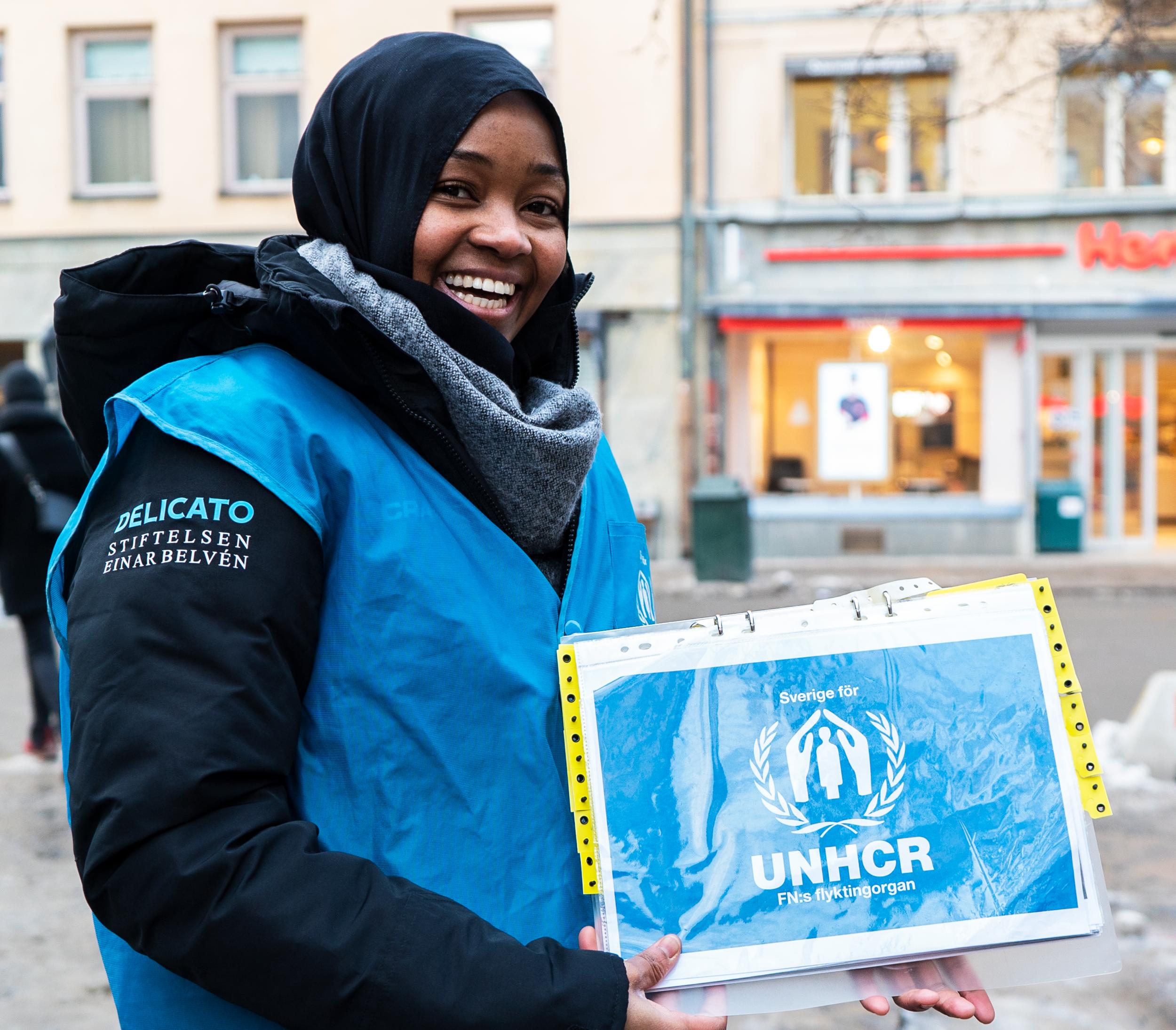 """""""Alla har rätt till ett värdigt liv"""" - Den katastrofala flyktingsituationen fortsätter och har inte lämnat någon oberörd. Delicato Bakverk AB och Stiftelsen Einar Belvén ökar därför sitt engagemang genom att skänka två miljoner kronor till UNHCR för att hjälpa och stödja människor på flykt. Ungefär 12 miljoner människor har tvingats fly sina hem i Syrien. Omkring hälften av dem är barn.Totalt har stiftelsen över fyra år skänkt 5,5 miljoner kronor."""