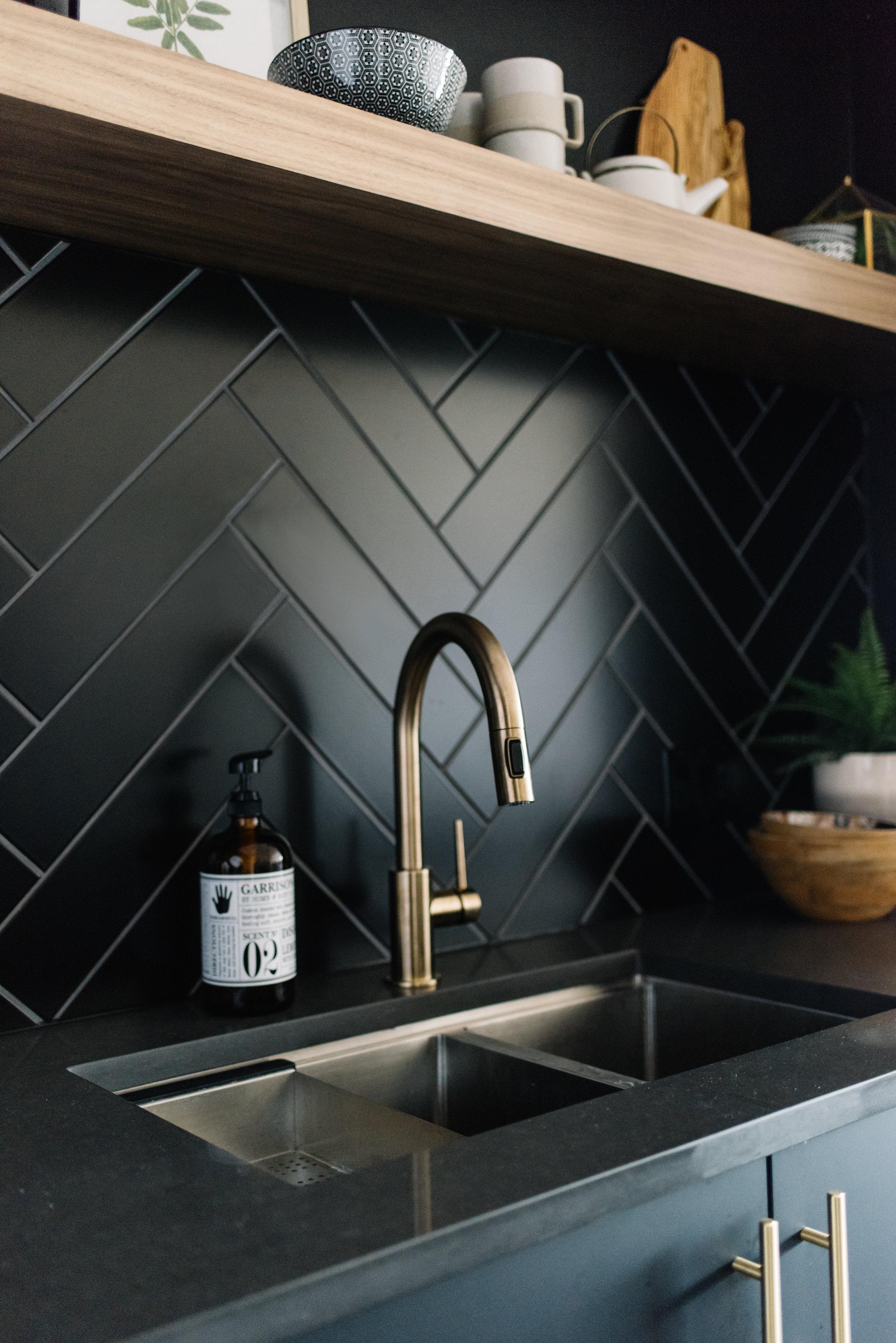 black herringbone backsplash, kitchen