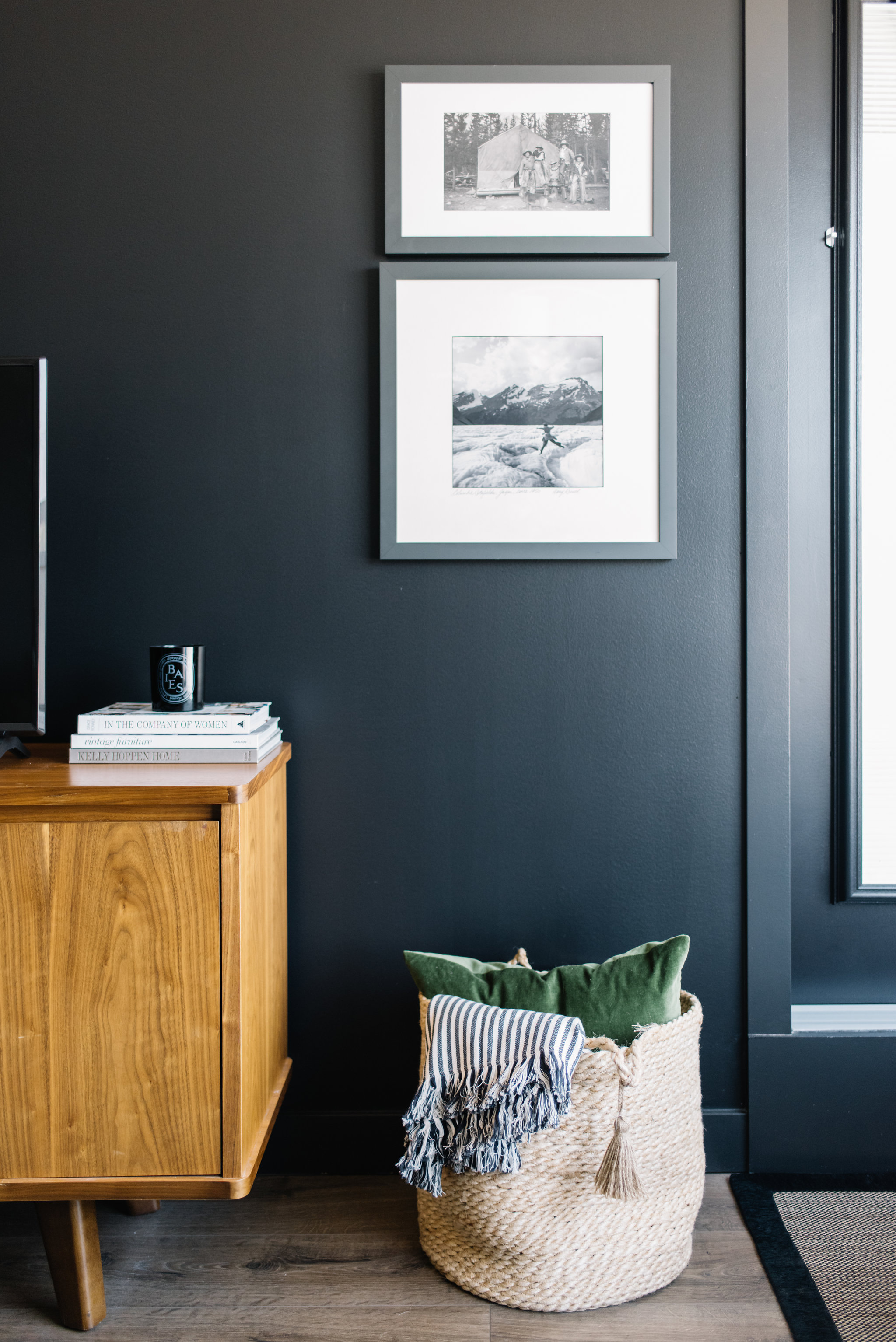 eclectic living room, modern living room with black walls
