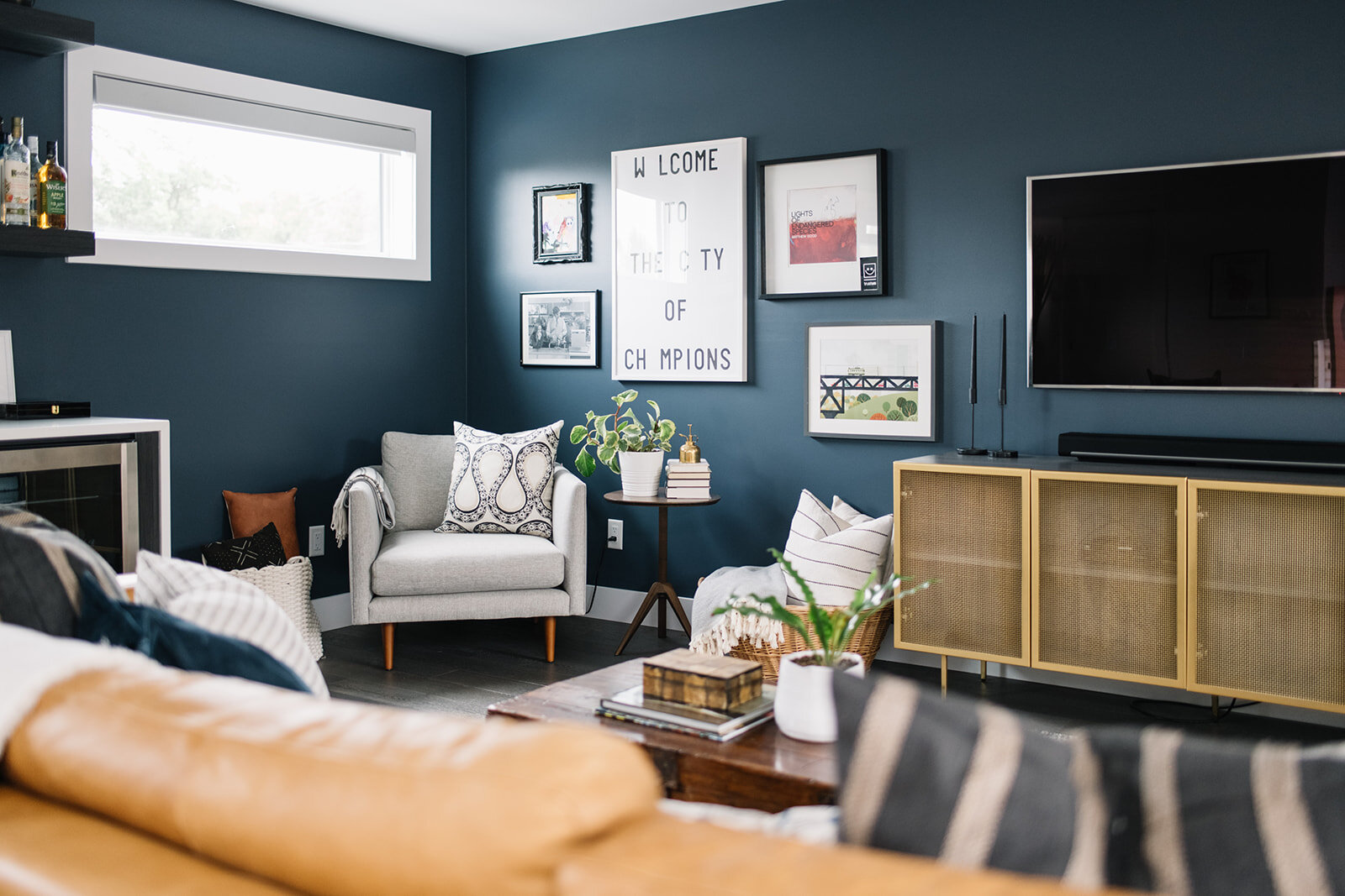 eclectic living room design with blue wall