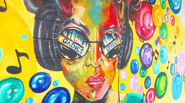 La vida responde según el ángulo por donde la mires. Este mural se llama: Yo soy.  Yo imagino, yo juego, yo hablo, yo escucho, yo evoko, yo creo. ••••••• Life responds according to the angle where you look at it. This mural is called: I am. I imagine, I play, I speak, I listen, I evoke, I create.
