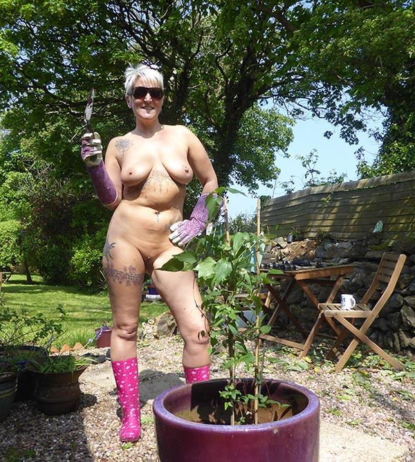 (Credit: Wikimedia Commons/ World Naked Gardening Day 2017 )