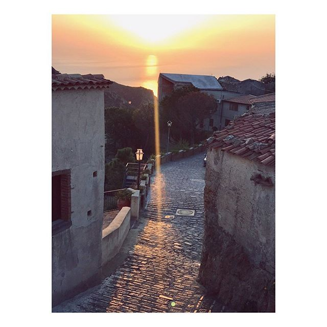The first sunbeams in the morning, crawling up the streets of Savoca, doing what they always did. Painting the roofs golden. . . . . #storiesbehindsquares #heitermoments #livethelittlethings #thatauthenticfeeling #wanderlost #thehappynow #makingmemories #lostinsicily #savoca #townofgodfather #agameoftones #verilymoment #alittlebeautyeveryday #inlovewithsicily