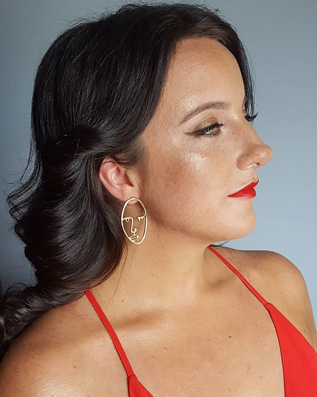 Bronzey vibes with a bright red lip for my girl @diaryofbigspoon makeup + hair by me  #summermakeup #bronzemakeup #vancouvermakeupartist #redlips #highlighter #glowingskin #specialeventmakeup #makeupandhair #glam #classy #dewy