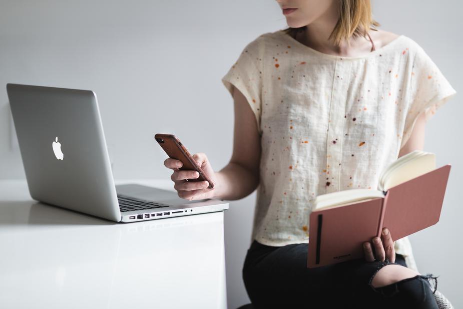 woman-multitasking_925x.jpg