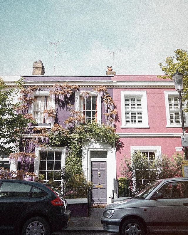 Cruising Portobello Road last month searching for Wisteria, only to find I was a week too late. Found some here on this cute home, and absolutely fell in love with this neighborhood...and plan to stay here again in my future travels to London 😊 🇬🇧 . . .  Cruceando Portobello Road el mes pasado en busca de Wisteria, solo para descubrir que llegué una semana demasiado tarde. Encontré algunos aquí en esta linda casa y absolutamente me enamoré de este vecindario ... y planeo quedarme aquí nuevamente en mis futuros viajes a Londres 😊🇬🇧 . . .