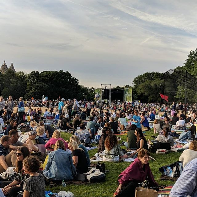The Philharmonic with @philcaracci and co in @centralparknyc was an absolute delight to kick off Summer in the city. I haven't heard so much champagne pop like I did last night 🍾🥂 😁...just 50k of your coolest New Yorkers gathered in the Great Lawn for great music and good vibes. This will definitely be a repeat for me 🥰 . . .  La Filarmónica con @philcaracci y su compañia en @centralparknyc fue una absoluta delicia para comenzar el verano en la ciudad. No he escuchado tanto champagne pop como lo hice anoche 🍾🥂😁... solo 50k de tus mejores neoyorquinos se reunieron en el Great Lawn para disfrutar de buena música y buena vibra. Esto definitivamente será una repetición para mí 🥰 . . .