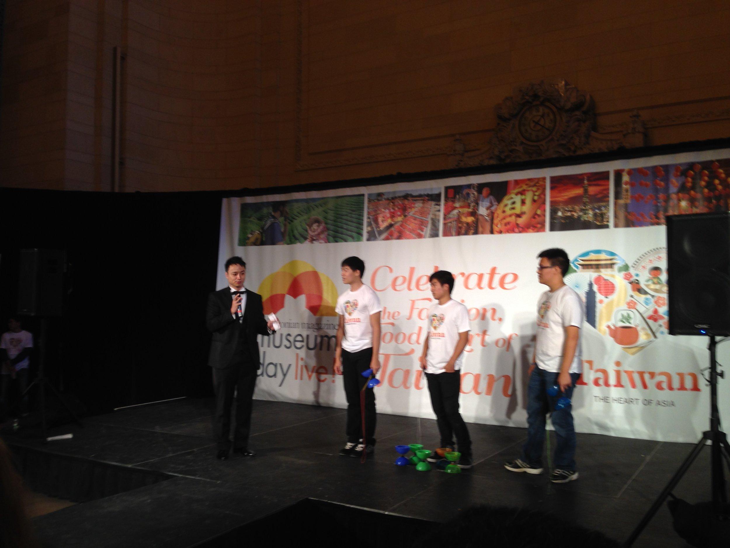 Taiwanese Diabolo/Chinese yo-yos performance.