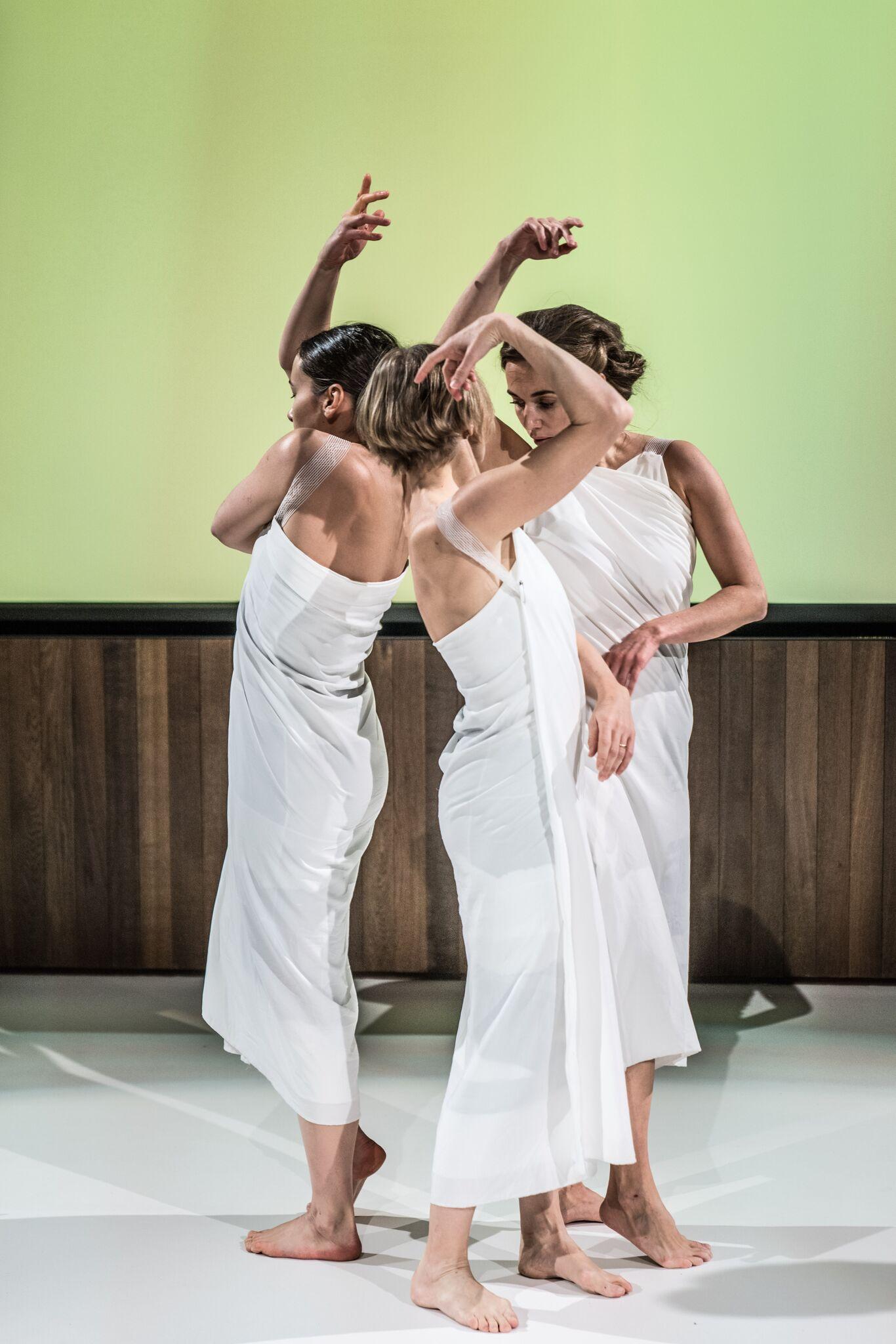 Fra utdelingen av Queen Sonja Print Award i London 8. november. Dansere: Kristin Hjort Inao, Ane Evjen Gjøvåg, Ida Haugen. Foto: Antero Hein.