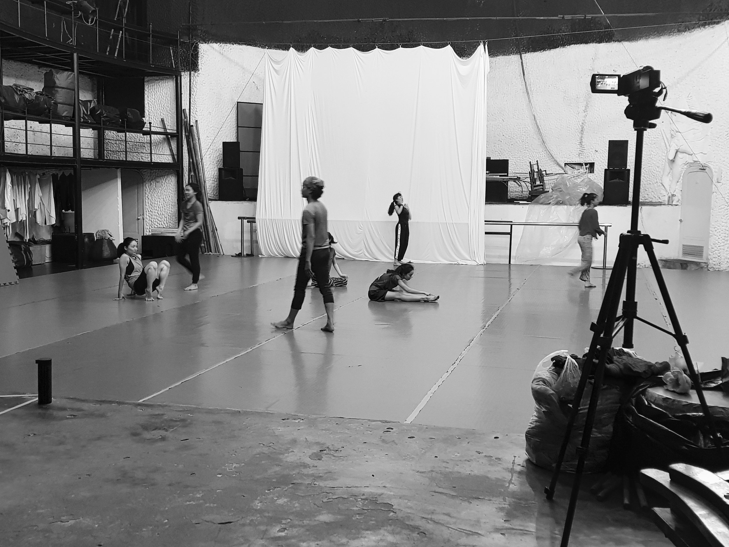 Dansere i Arabesque Dance Company, Ho Chi Minh City i oppvarming.