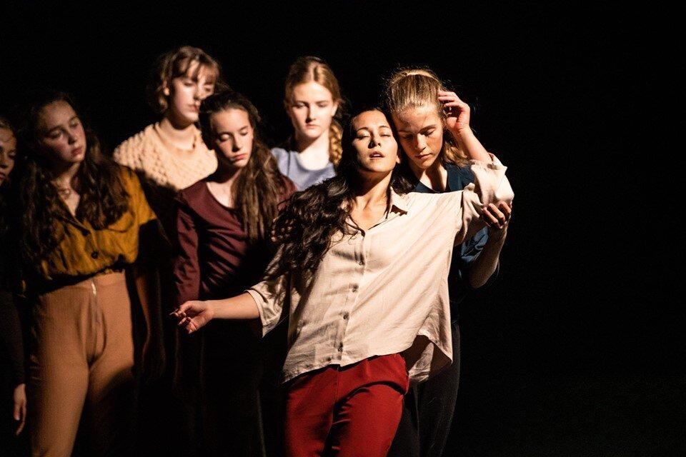 """Bilde fra """"En Bølge"""" i koreografi av Guro Nagelhus Schia og Vebjørn Sundby  Dansefot/Nagelhus Schia Productions  Foto: Antero Hein"""