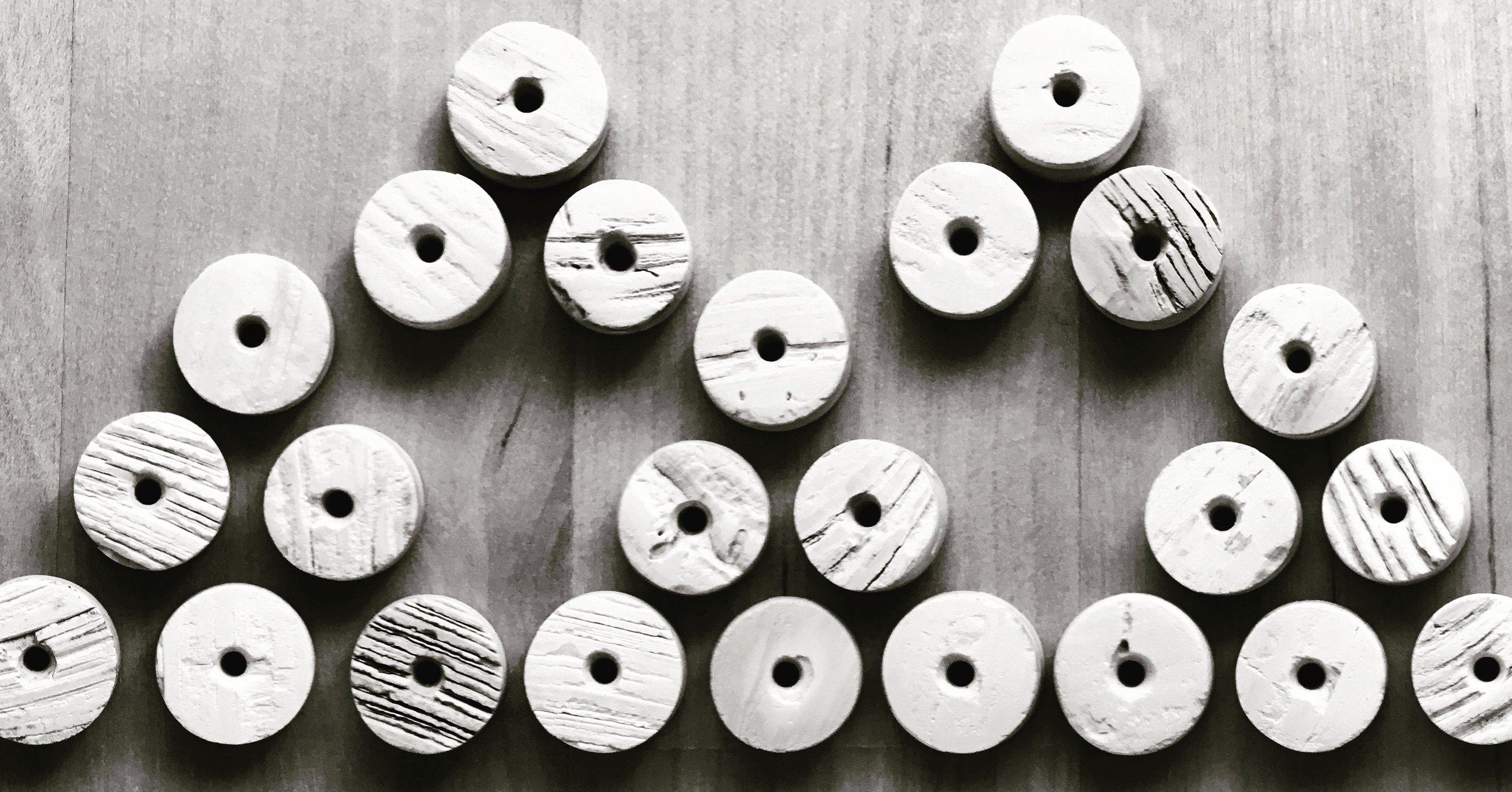 maaš • clamshell beads