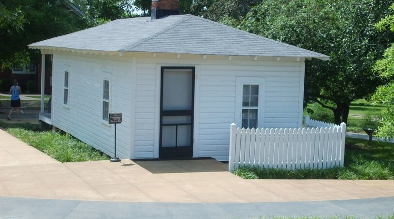A photo of the back of the museum that replicates Elvis's first home.