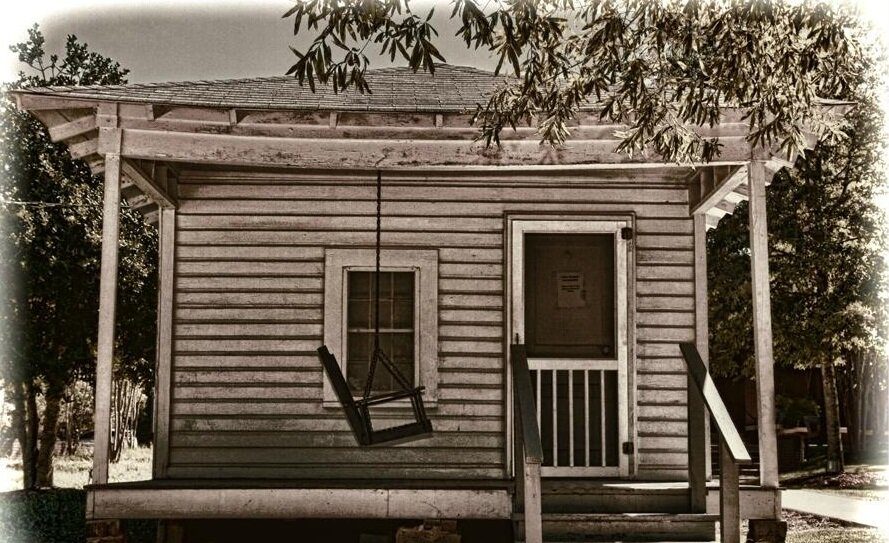 In the early photos of the Presley shotgun house, shown below, there is no front porch swing. This photo shows a swing that was added in the 1970s.