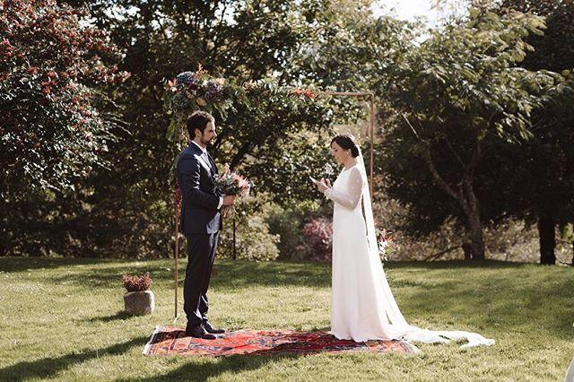 🌿 Ceremonias así, integradas en la naturaleza del entorno, y que respiran la personalidad de los novios.  Z+A, una pareja preciosa que decidió confiar en nosotros para su boda y no podemos estarles más agradecidos por todos los momentazos que vivimos los meses previos y el día de su boda 🌿. ¡Feliz jueves! . . 📷: @patriciawithlove 🏡: @aboizjatetxea  Vestido: @otaduy para @white_love_atelier  Flores: @margaritamellaman  Ramo: @marsiflowers Música: @jairomblack Dj: @jonizagirre_djumea  Rentals: @abanik_rent_events  Photobooth: @mrflash.photoevent  Dulces: @abasotas  Wedding Co.: @alegriamacarenaweddings . . #weddingplannerbilbao #alegriamacarenabodas #bodasbilbao #bodaspaisvasco #weddingplannerpaisvasco