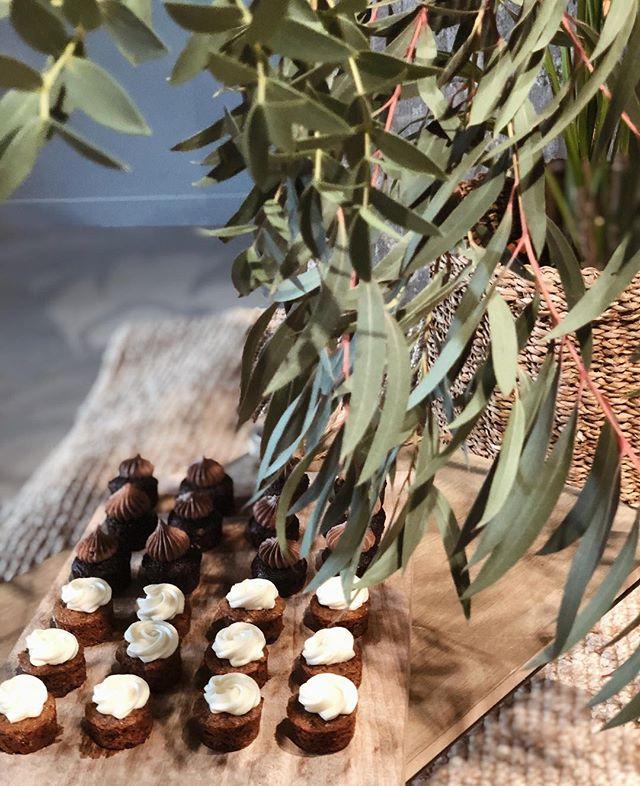 ¡Arrancamos el viernes con un poquito de dulce 🤩!. ¡Feliz fin de semana!✨ . . .  Dulces: @abasotas  Foto: @alegriamacarenaweddings . . . #weddingplannerbilbao #weddingplannerbizkaia #weddingplannerpaisvasco #weddingplannervitoria #weddingplanneralava