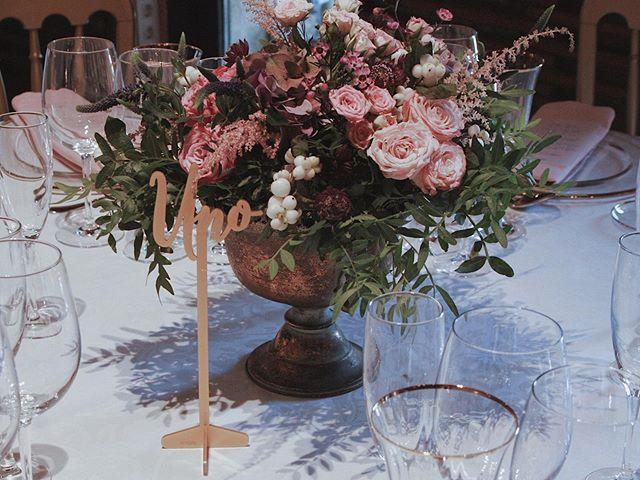 Hoy os enseñamos los centros de mesa que tuvimos en la boda de C+M 😍. Una pareja preciosa vasco-salmantina que nos llevó de boda a Salamanca 🌿 Wedding Co.: @alegriamacarenaweddings  Flores: @flowersandco Mesero: @knotsmadewithlove  Rentals: @options_es Caligrafía: @caligrafiabilbao  Fotografía: Patricia Echanove Venue: @hacienda_zorita  #weddingplannerbilbao #bodasbilbao #weddingplannerpaisvasco #weddingplannerbasquecountry #weddingplannervitoria