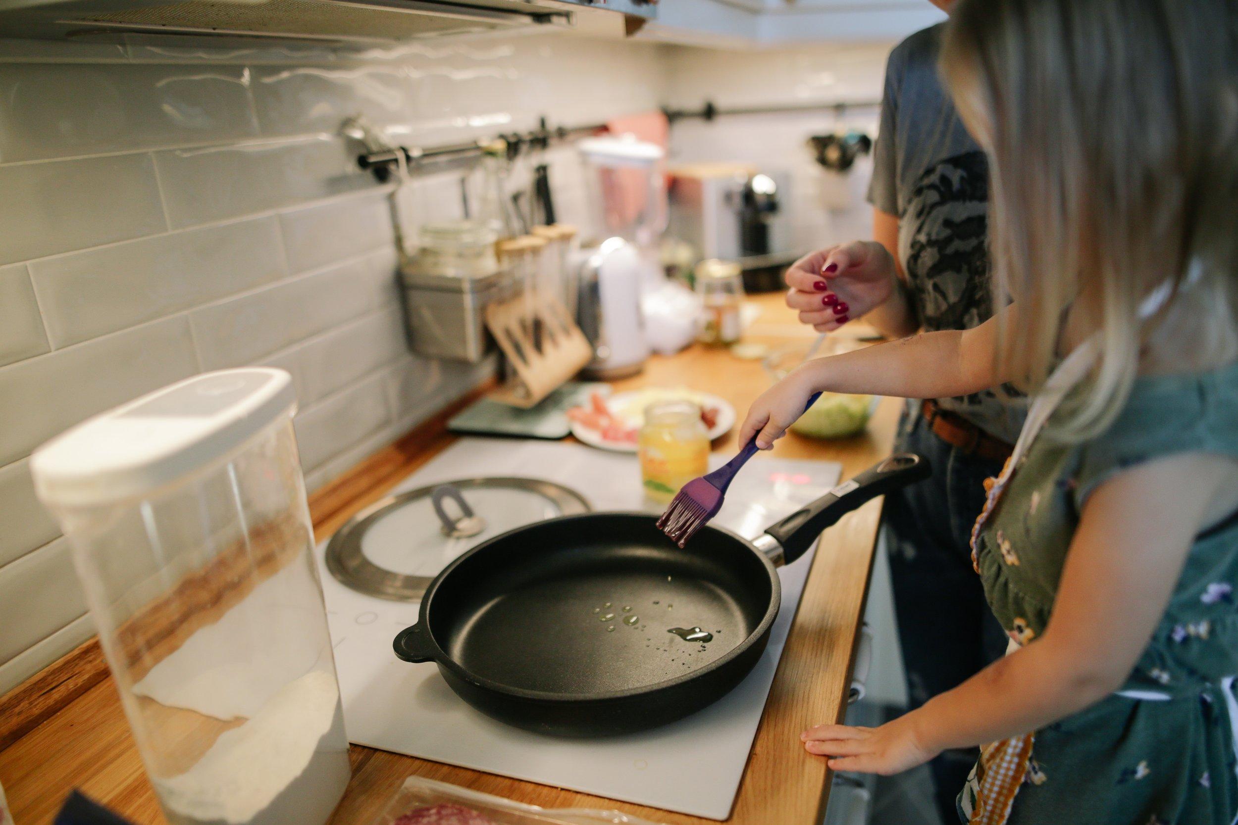 child-cooking-frying-pan-1684032.jpg