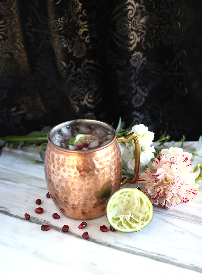 Classic Moscow Mule gets a pomegranate pizzazz with this EASY 4-ingredient recipe! #healthycocktail #easycocktails #4ingredientrecipe