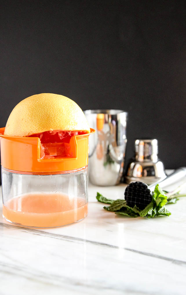 Freshly squeezed grapefruit juice in Grapefruit Ginger-Mint Mimosa tastes insanely refreshing! Super EASY to make with only 4 ingr! #cocktail ginger #grapefruit #mint #mimosa