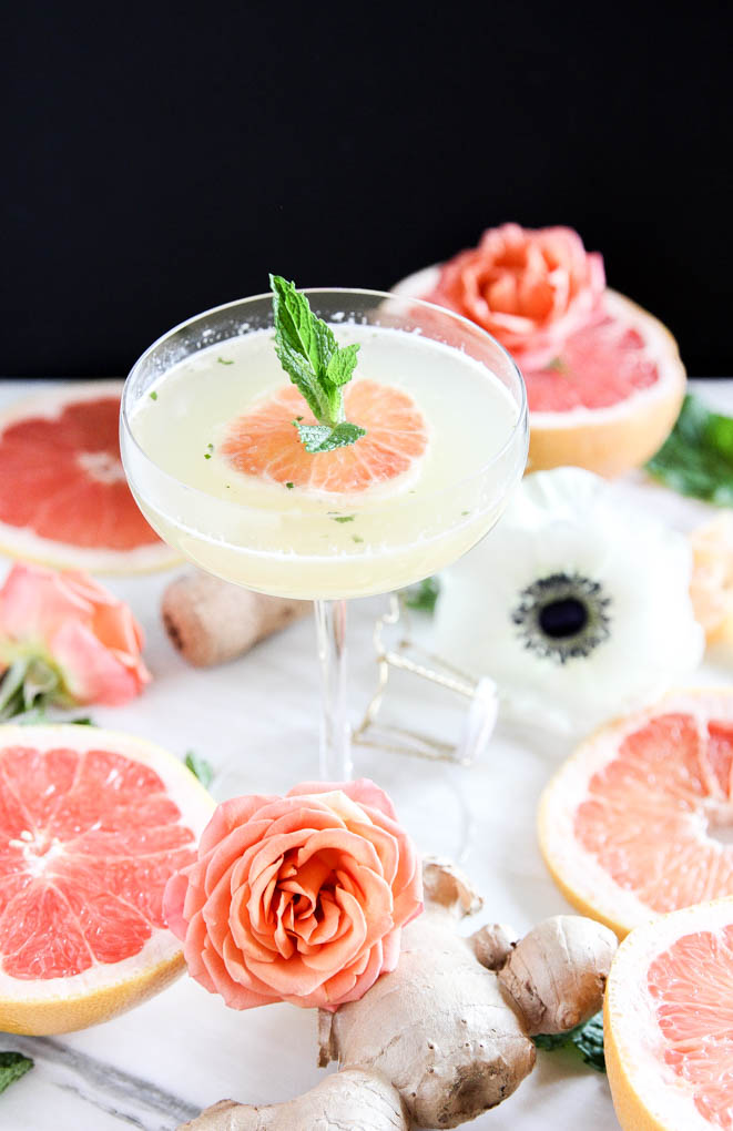 Refreshing Grapefruit Ginger-Mint Mimosa is insanely refreshing and EASY to make with only 4 ingr! #cocktail ginger #grapefruit #mint #mimosa