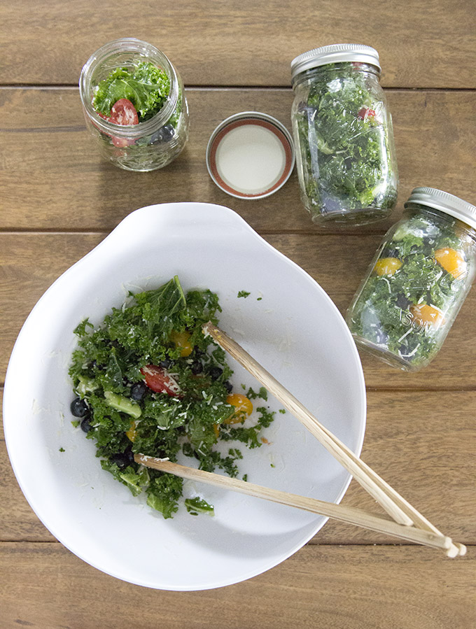Make-ahead kale salad recipe in mason jars with only 5-ingredients and minutes to put together nutritious salads for the whole week! #kalesaladrecipe #masonjarsalads