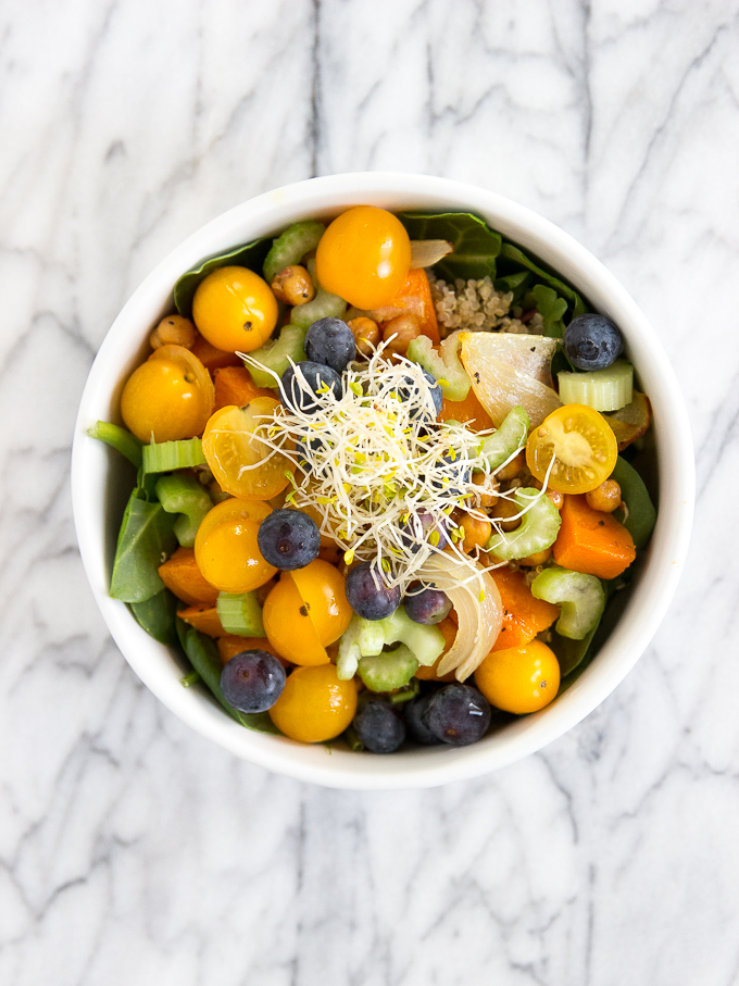 Delicious & filling salad made with 5 easy #mealprep ingredients! #healthylunch