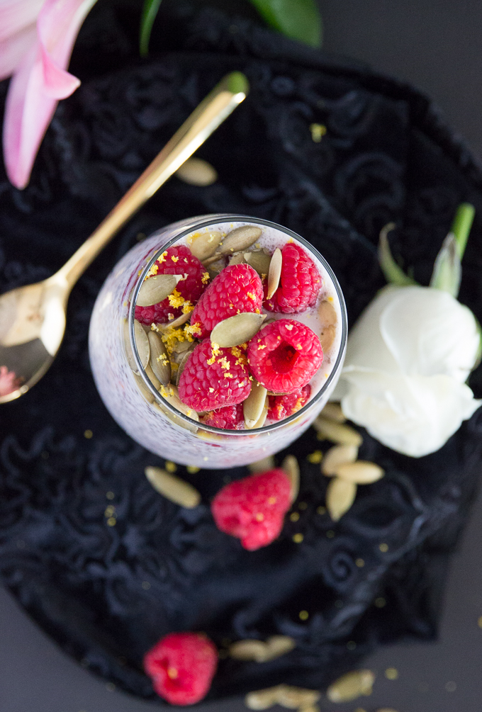 Easy & delicious busy girl's detoxifying raspberry chia pudding made with only 5 ingredients! #chiapudding #healthybreakfast