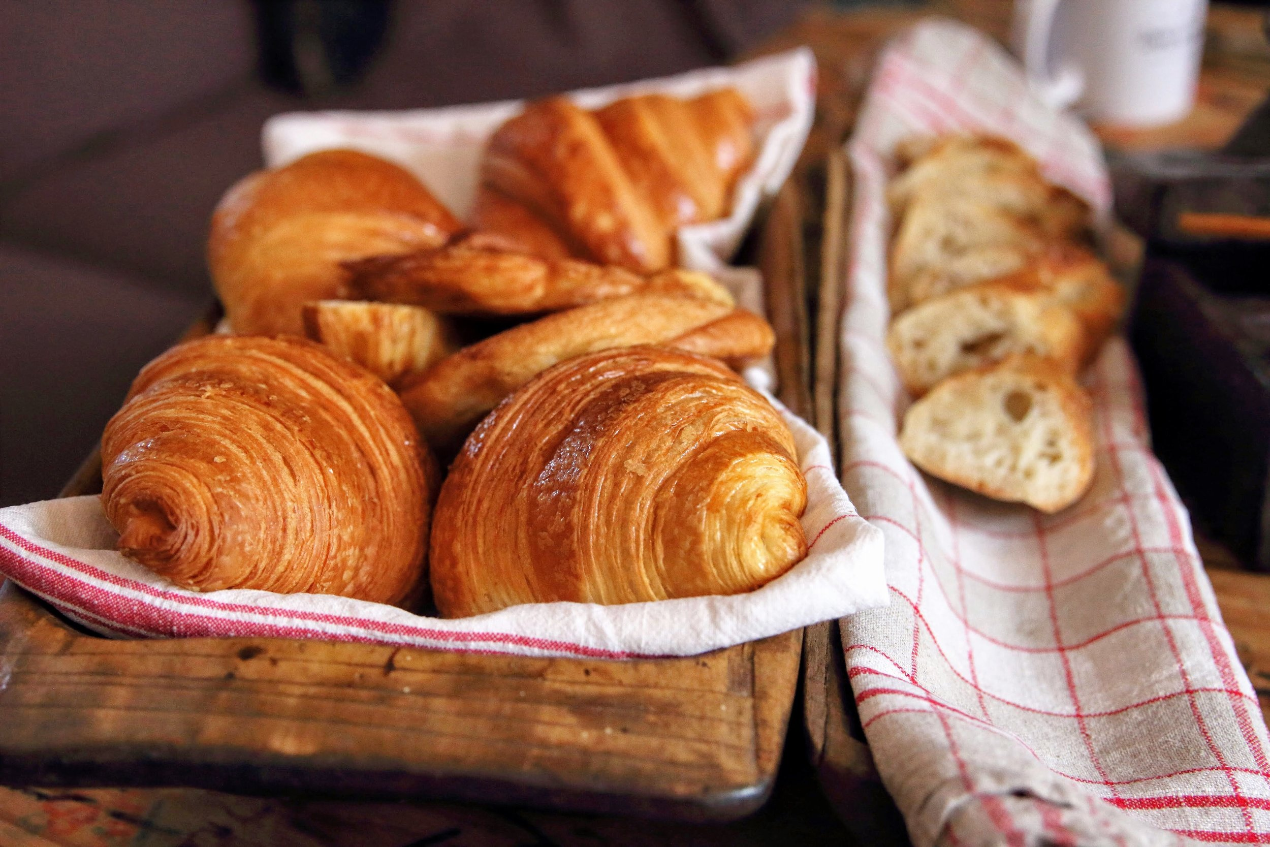 Classic croissants in Paris | 5 Food Lessons A European Adventure Taught This Southern Gal - Cheers Years Blog #croissant #breadinparis