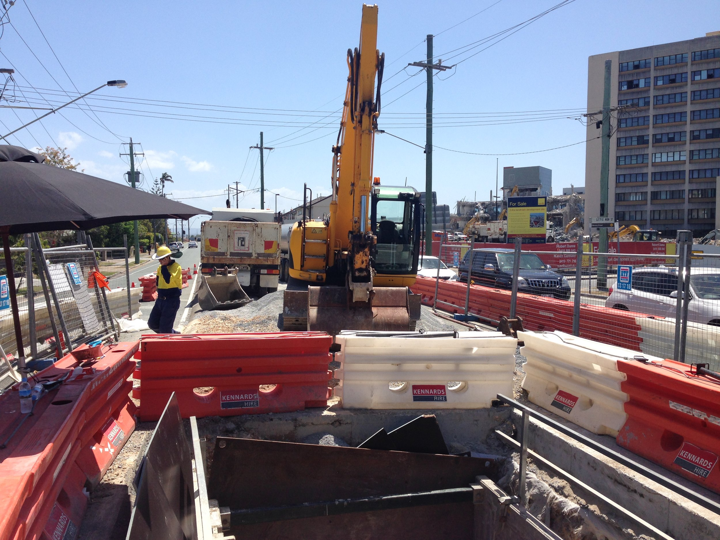 19 - trench support, road barriers and tempary fence and traffic control for work on watermain (Queen St).JPG