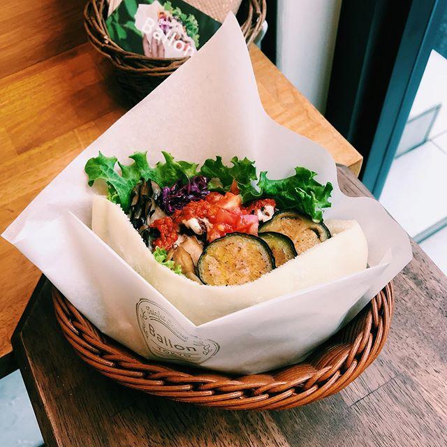 #falafel 中東発祥のスパイシーな ひよこ豆のコロッケ「ファラフェル」と 紫キャベツ、人参のマリネ、揚げ茄子🥕 グリル舞茸、マッシュポテトな🥙 彩り鮮やかな7種類の野菜と一緒にピタパンに挟んだ 100%Veganなファラフェルサンドはいかがですか?✨ . #ballontokyo #nakameguro #中目黒 #vegantokyo #veganfood #ヴィーガン #中目黒カフェ #中目黒グルメ #中目黒ランチ #tokyocafe #tokyofood #tokyoeats  #ubereatsjapan #ウーバーイーツ #🥗 #ベビーカーok #お子様ok #アレルギーっ子  #乳製品不使用 #卵不使用 #砂糖不使用 #tokyovegan #tokyoveganguide #🥙 #sandwich #pita #サンドイッチ #ピタパン